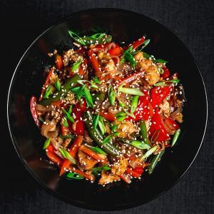 Рисовая лапша с курицей в тайском соусе
