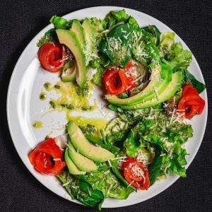 Салат с малосольной семгой, авокадо и тапенадой
