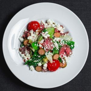 Салат с телятиной, брынзой и каперсами