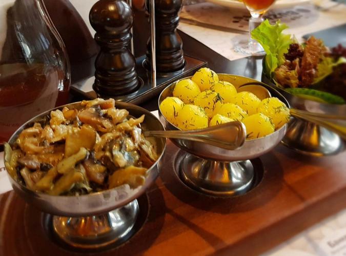 Рапаны с грибами и картофелем черри